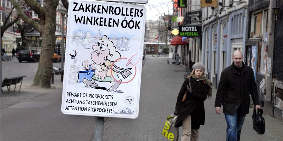 Zakkenrollers winkelen ook !  waarschuwingsbord in het centrum van Amsterdam.