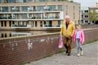 Plaatje Opa maakt wandeling met kleindochter