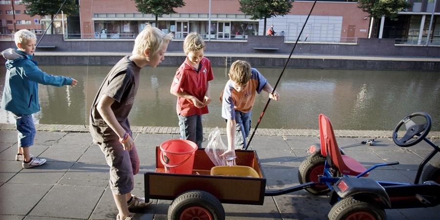 Een groep jongetjes gaat vissen in een nieuwbouwwijk in Zwolle