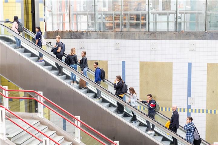 Roltrap met mensen op station blaak in Rotterdam