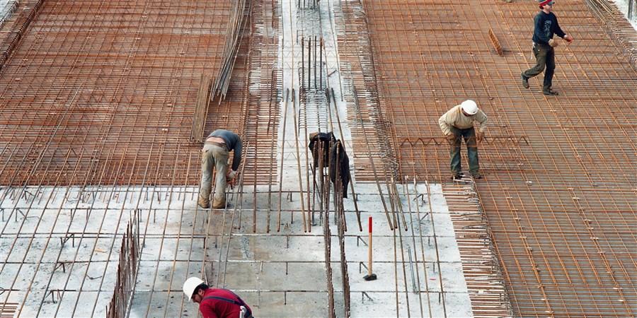 bouwvakkers leggen de fundering van een gebouw