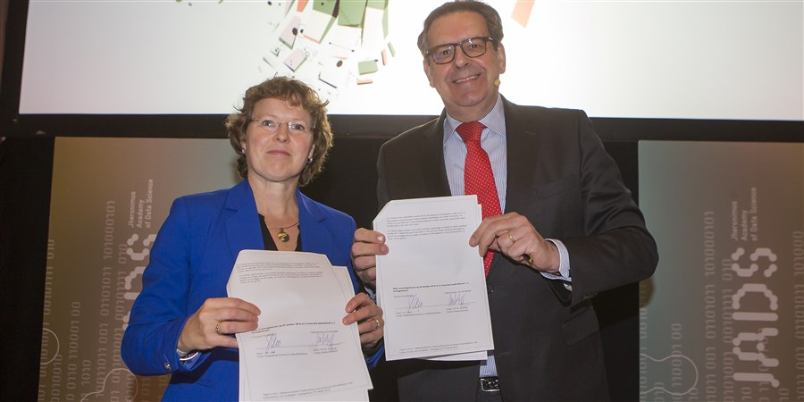 Marleen Verbruggen van het CBS en Bert Pauli van de provincie noord-Brabant ondertekenen overeenkomst waarin de oprichting van het Brabant Data Center centraal staat.