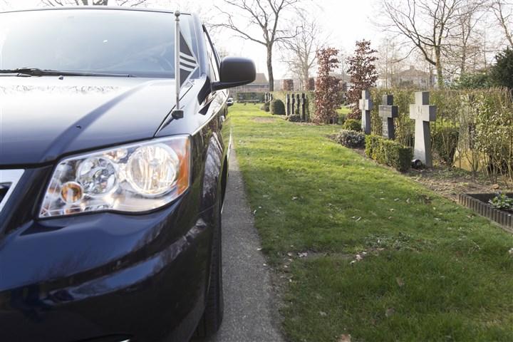 Auto begrafenis rijdt over een kerkhof