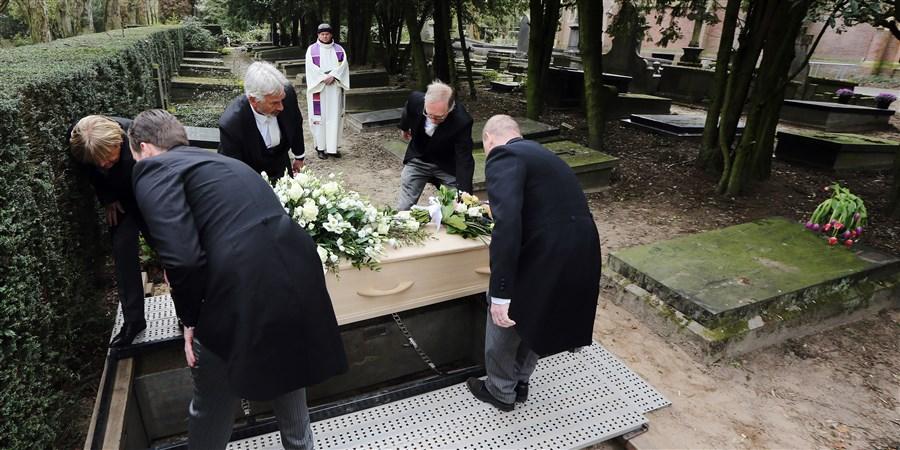 Begrafenisplechtigheid ten tijde van het coronavirus op begraafplaats in Den Bosch. De plechtigheid is sober en volgt strikte richtlijnen.