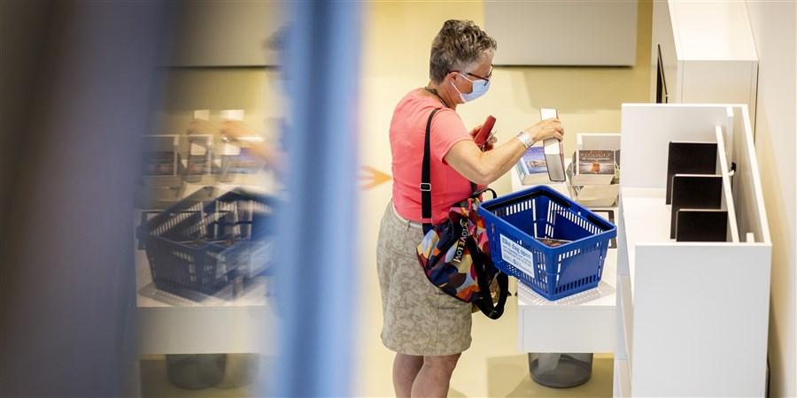 DEN HELDER - Bezoekers melden zich in de bibliotheek om weer zelf boeken te kunnen uitzoeken. Na een maandenlange sluiting wegens corona gaat de bieb weer open en zijn bezoekers weer welkom.