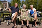 Nederland, Noord-Holland, Amsterdam, 5-6-2013. Een 93 jarige dame met haar dochter en schoonzoon op een bankje in het park aan de Plantage Middenlaan.