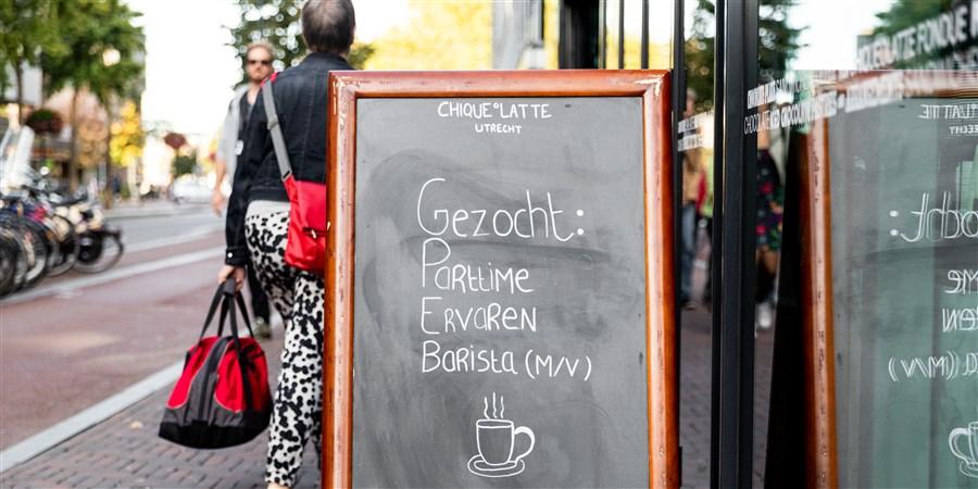 Straatbord met vacature voor barista