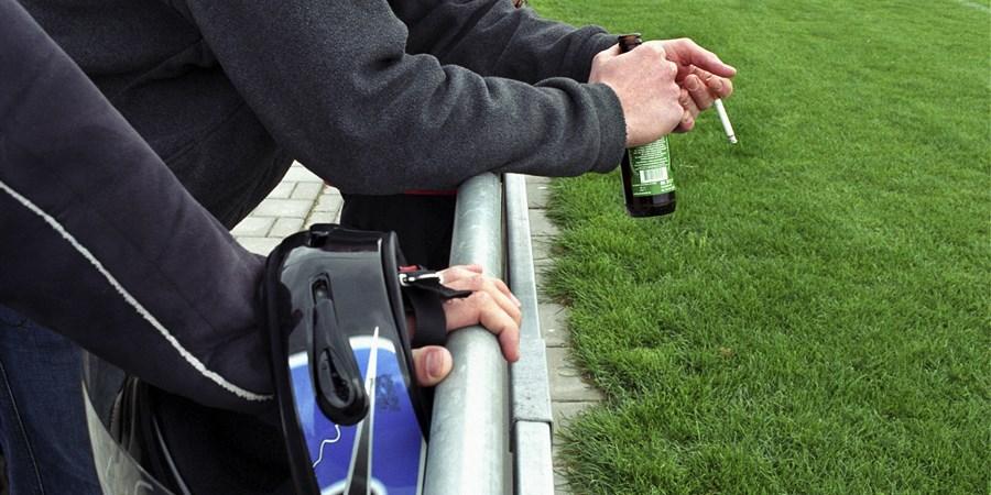 Jongeren roken/drinken bij het kijken naar het voetbal